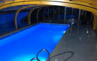 Swimming pool retractable cover